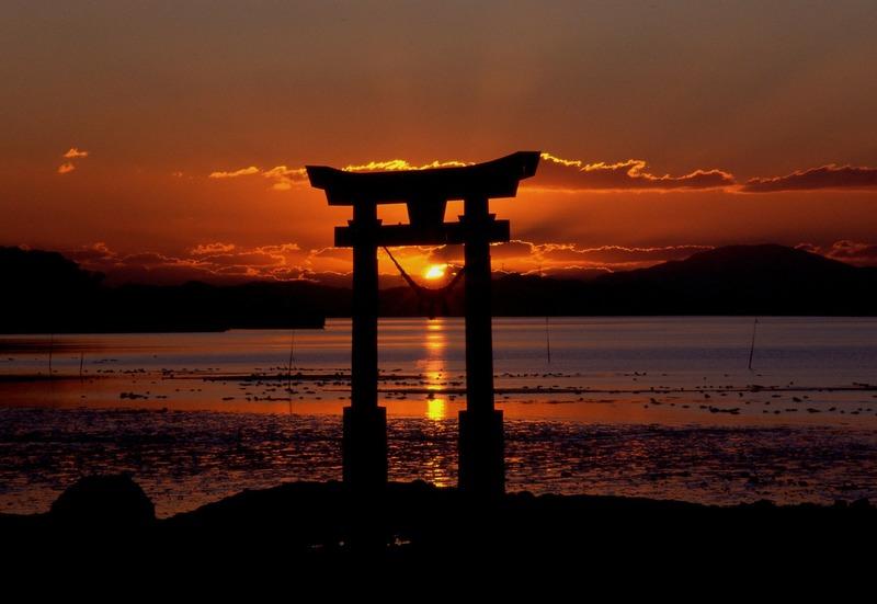 夕焼けと鳥居のシルエット写真