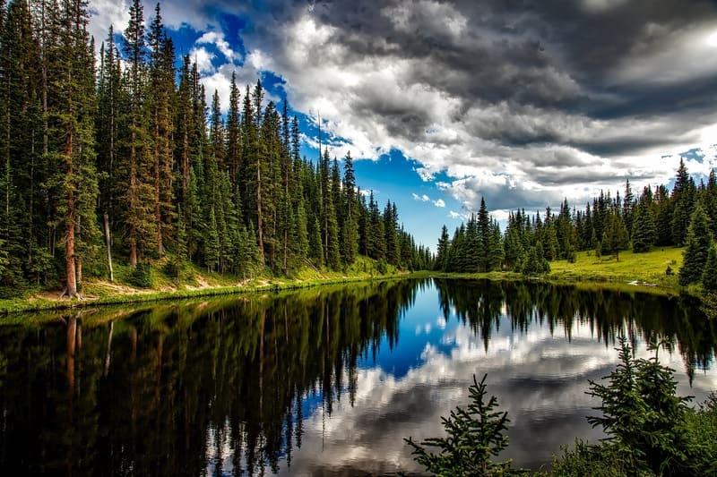 森と川と空の風景HDR写真
