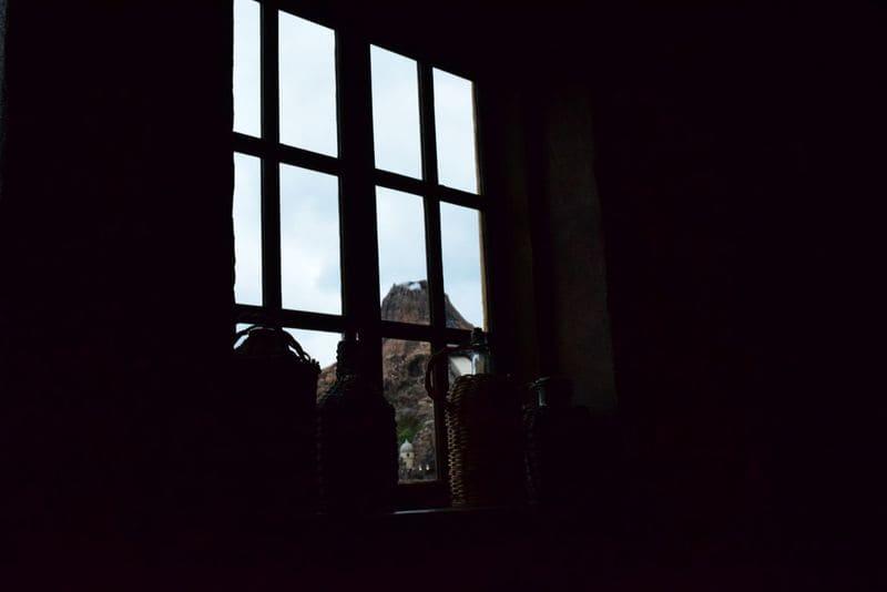 外の明るさに合わせた室内から撮った窓の外にある山の写真