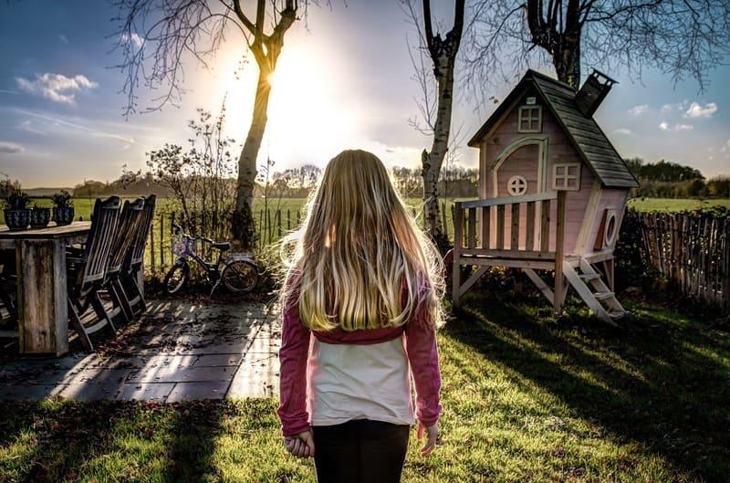 逆光に立つ女の子の後ろ姿を撮ったHDR写真