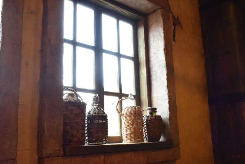 室内の明るさに合わせた室内から撮った窓の写真