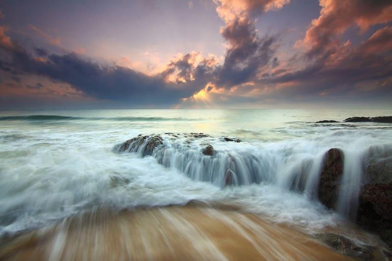 長時間露出で撮られた海の波の写真
