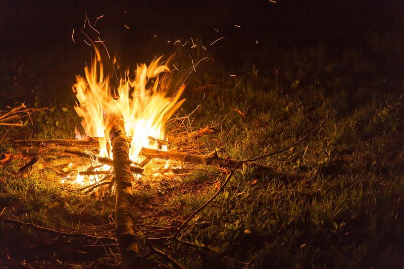 夜中のたき火写真