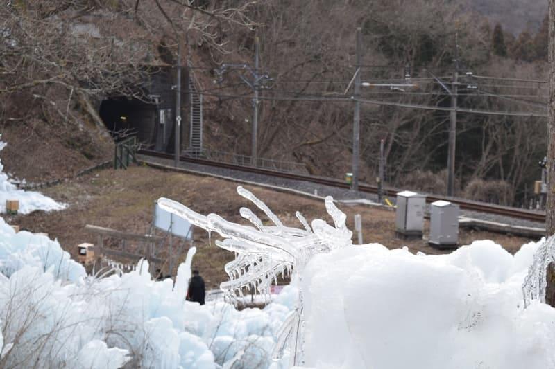 あしがくぼの氷柱と西武鉄道の写真