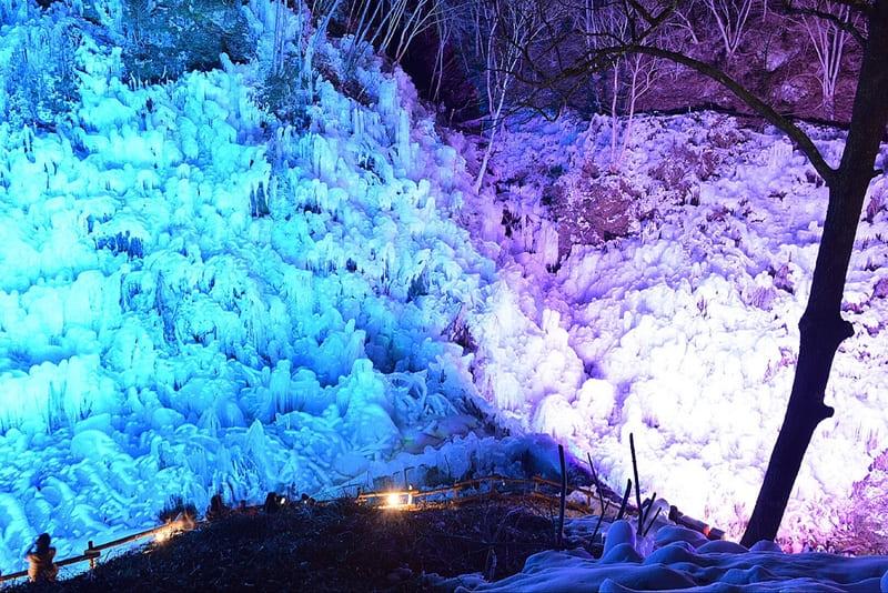 あしがくぼの氷柱の青と紫の色でライトアップされた頂上から見た写真