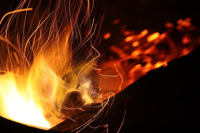 夜中のたき火の写真