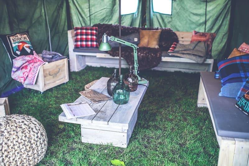 机などの家具が置かれたテントの中の写真