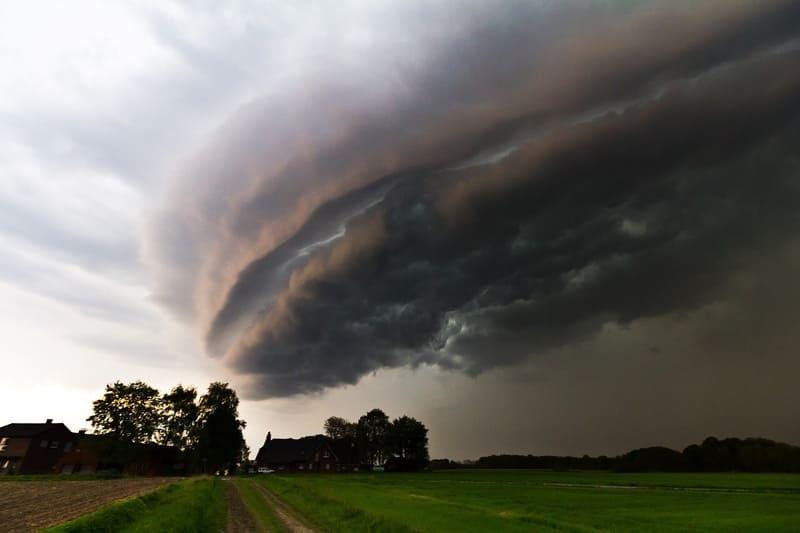 海外の草原で撮影されたアーチ雲の写真