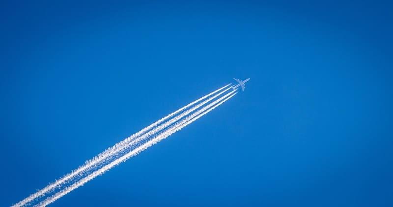 望遠レンズで撮影された飛行機雲の写真