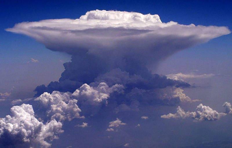 上空から撮影された巨大なかなとこ雲