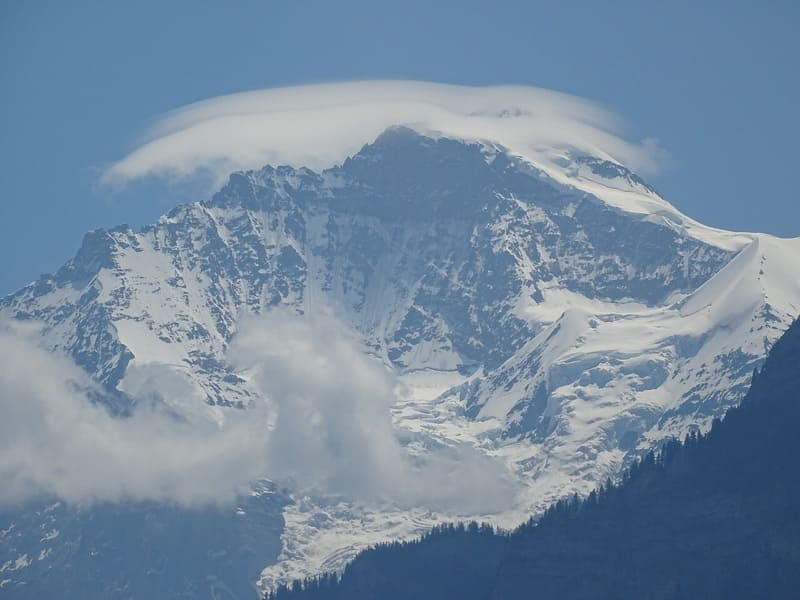 山の上に薄くかかっている笠雲の写真