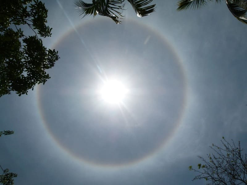 暈が出ている巻層雲の写真