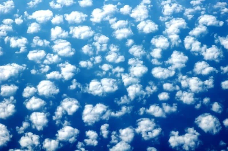 青空にぽつぽつと浮かぶ高積雲の写真