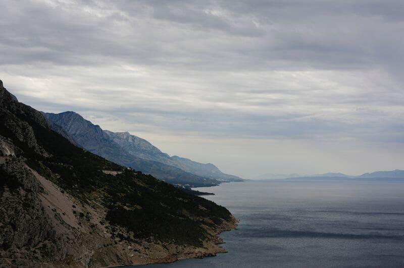 山と海と高層雲が広がっている外国で撮られた写真