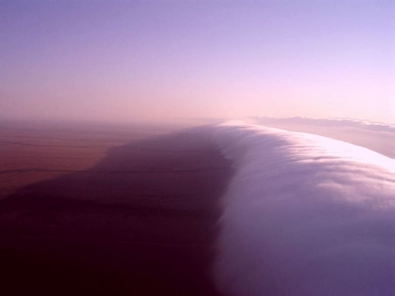 地平線まで伸びている上空から撮影された1本のモーニング・グローリーの写真