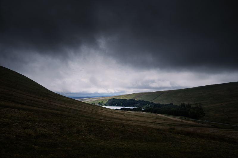 草原の上空に広がっている乱層雲の写真