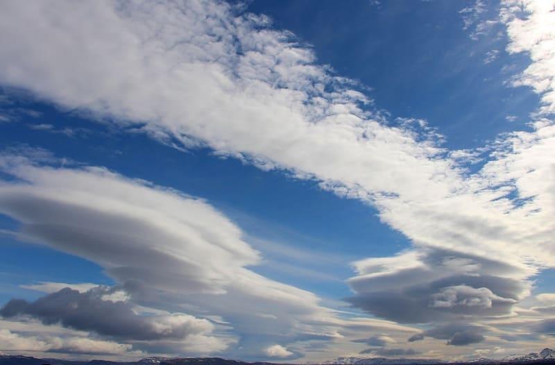 上空に見えるいくつものレンズ雲の写真