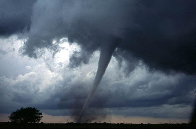 竜巻とともに発生する漏斗のような形の漏斗雲の写真