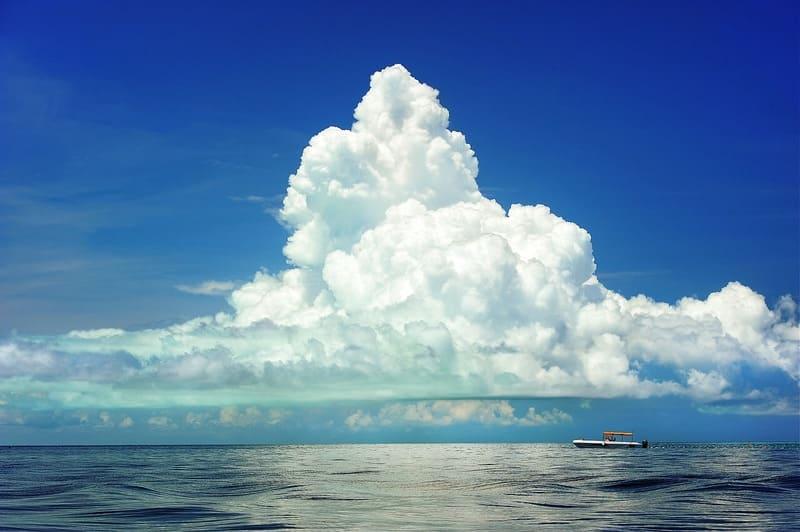 遠くの海の上に広がる巨大で美しい乱層雲の写真