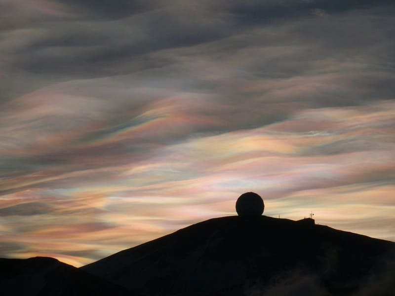 真珠のように輝いている真珠母雲の写真