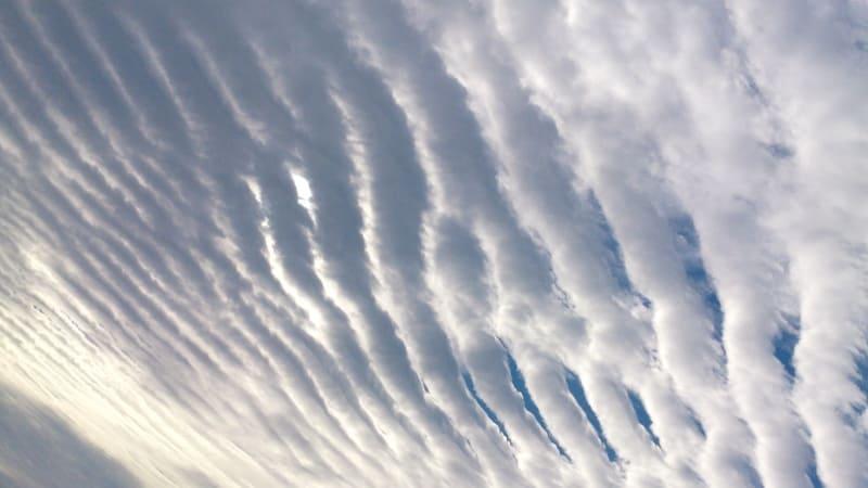 畑の畝のような形になっている層積雲の写真