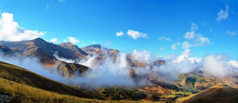 山のふもとに発生している層雲の写真