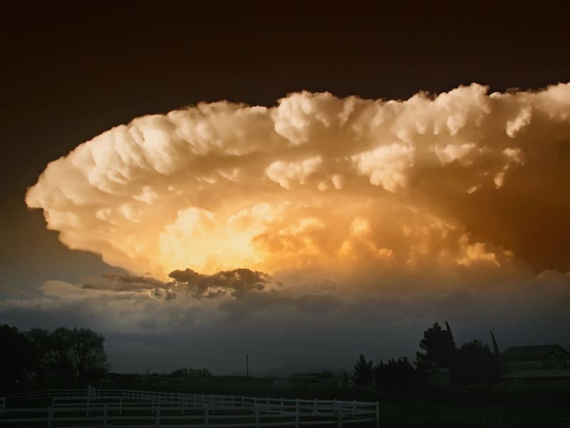 不気味な光を放っている超巨大積乱雲であるスーパーセルの写真