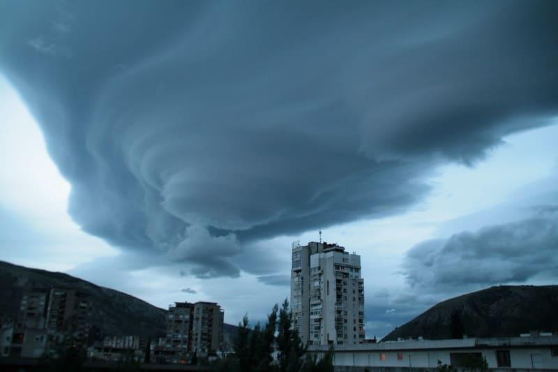 街の上空に広がる不気味な吊るし雲の写真