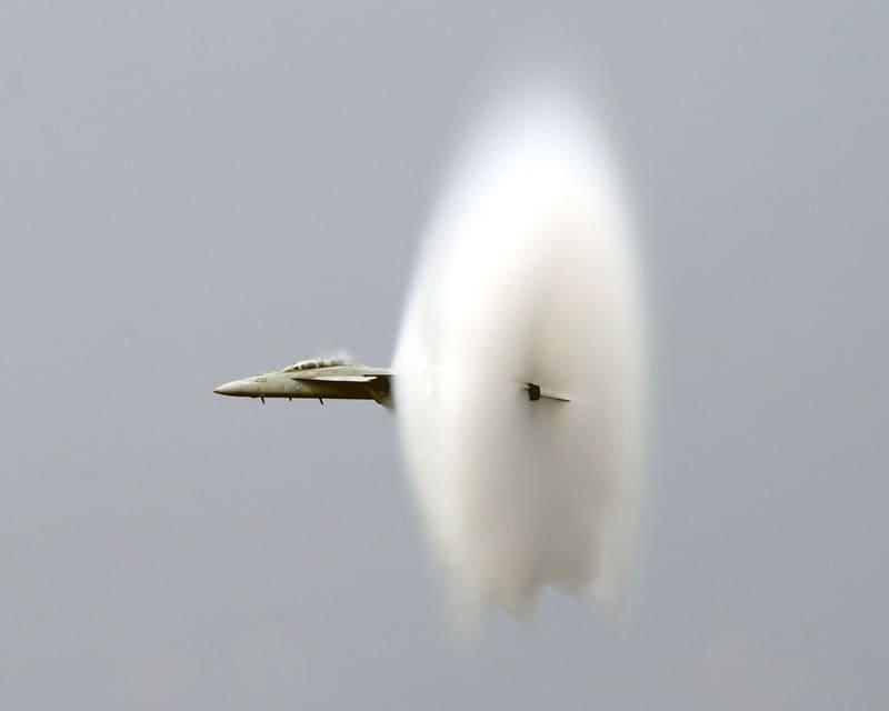 戦闘機に発生しているベイパーコーンの写真