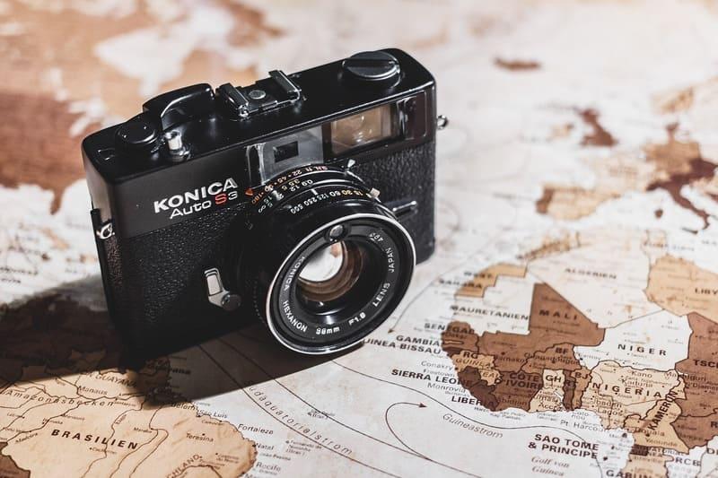 地図の上に置かれた内蔵フラッシュ付きのコンパクトデジタルカメラ