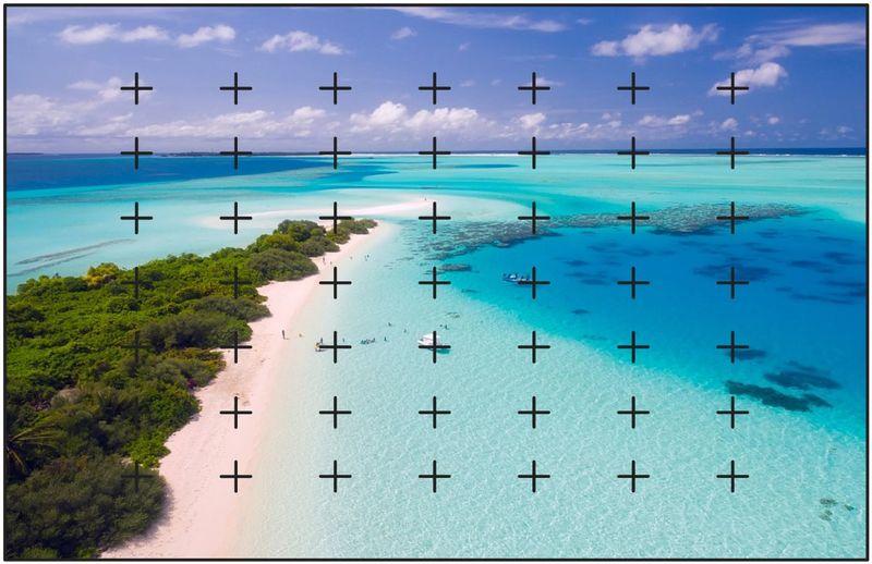 上空からとられた島と青い海にフォーカスエリアのイメージが入った写真