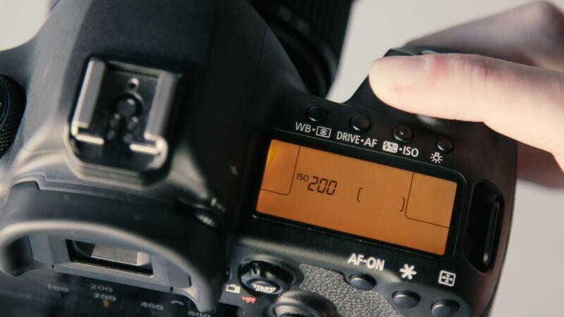 カメラの上部のボタンや設定が確認できる場所を撮影した写真