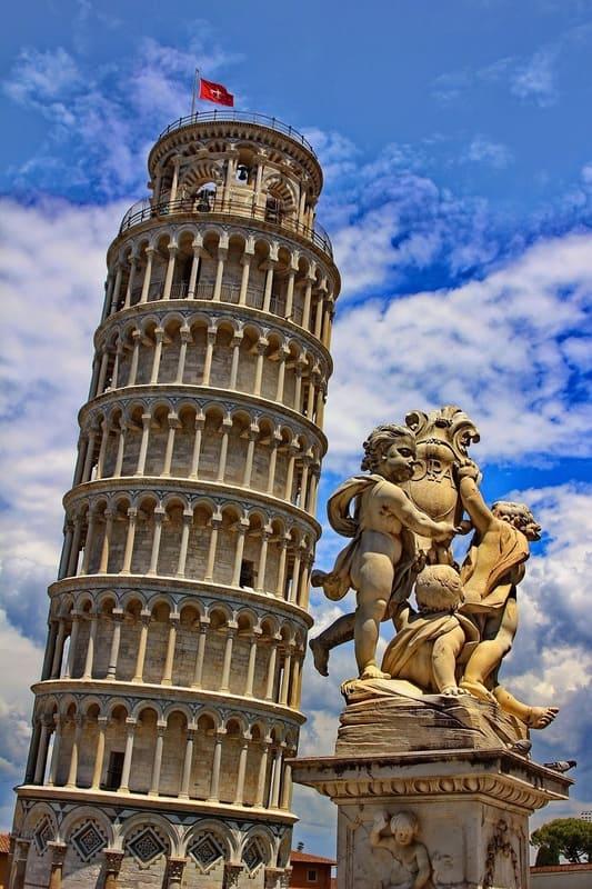 ピサの斜塔と石造のパンフォーカス写真