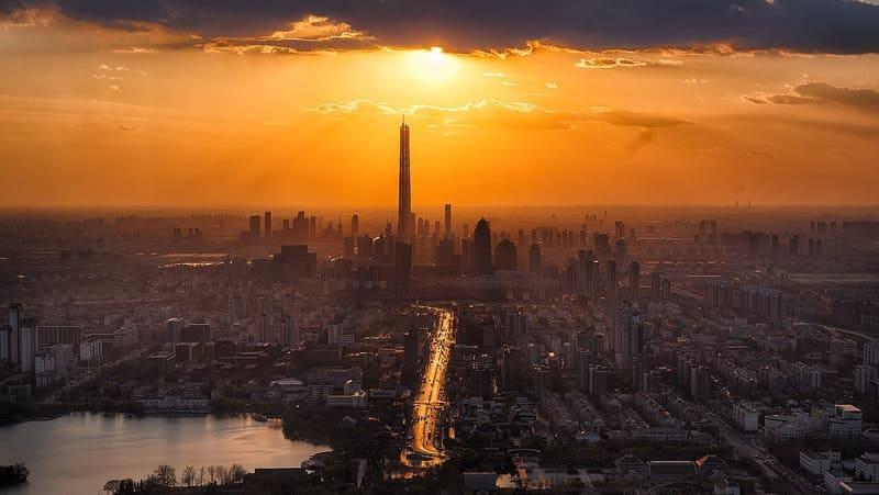 夕焼けに照らされた海外の高層ビルが立ち並ぶ街並み