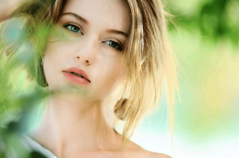 ボケの効いた美しい金髪女性のポートレート