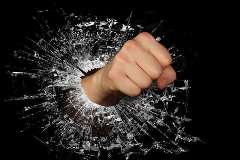窓ガラスをパンチで突き破ってる写真