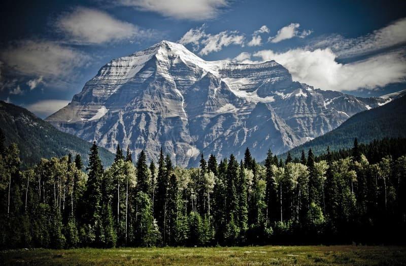 ケラレが発生している雪山の写真