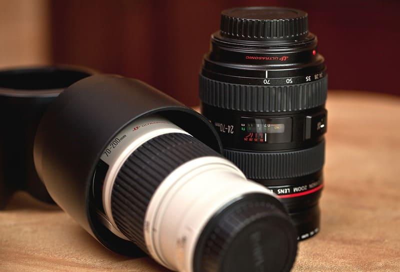 レンズフードを反対に取り付けて収納しているレンズの写真