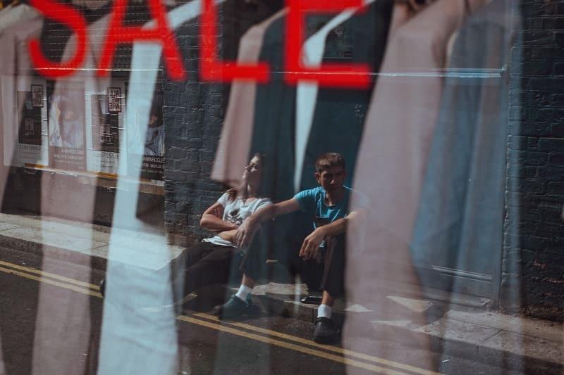 窓ガラスに写った男女の写真