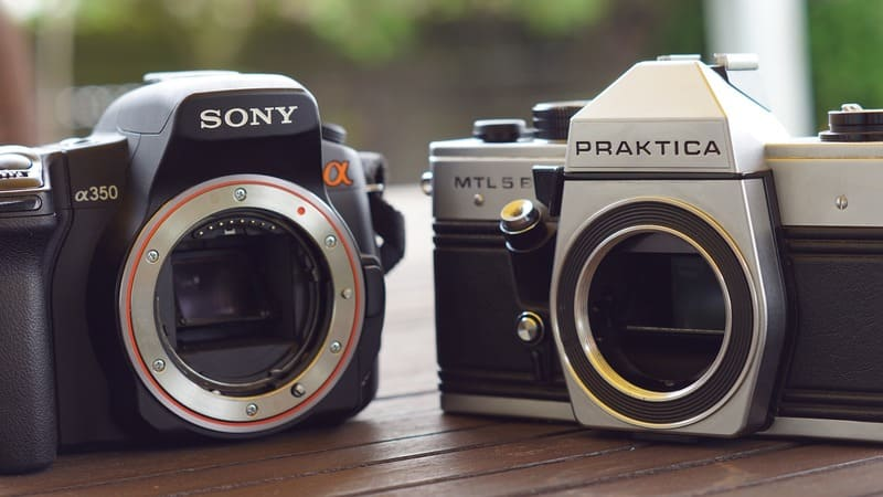 Sonyとペンタックスのミラーレスのレンズを外した写真