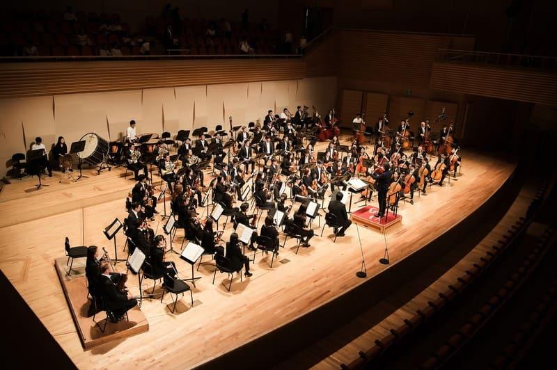 オーケストラを上から撮った写真