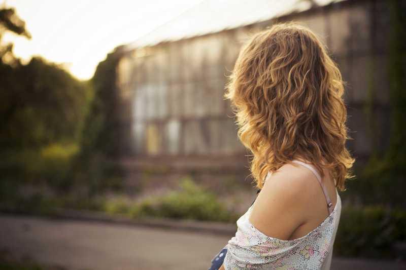 ポートレートで撮られたブロンズの髪をした女性の後ろ姿