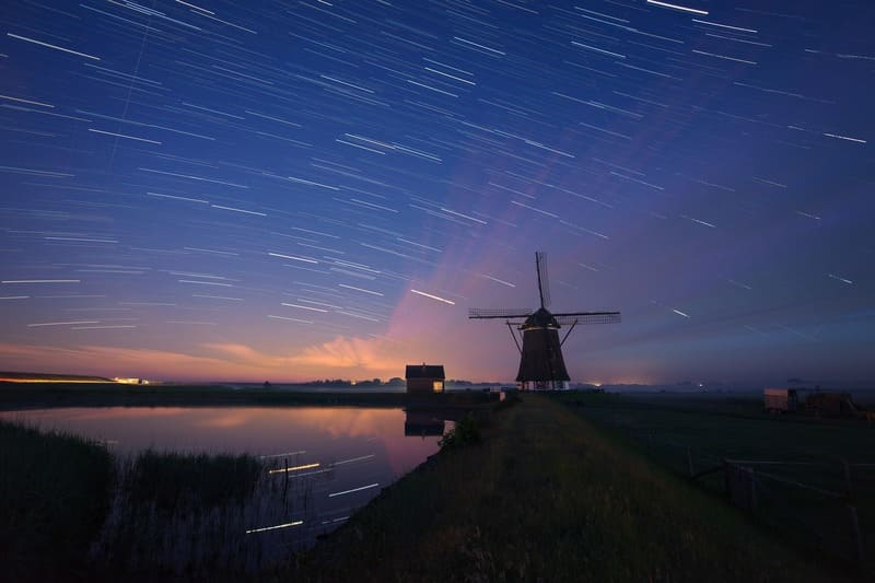 比較明合成で星の光が帯となっている写真