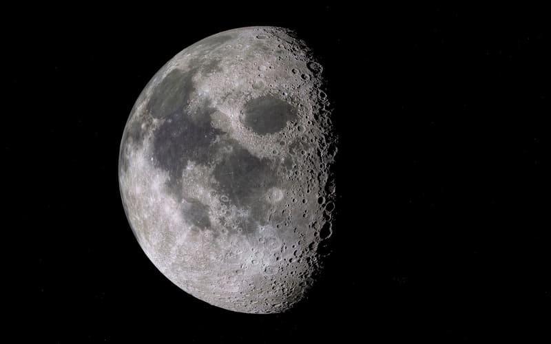 超望遠レンズで撮影された月の写真
