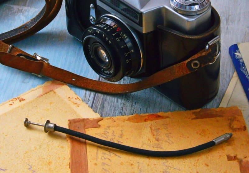 テーブルの上に乗ったカメラとレリーズの写真