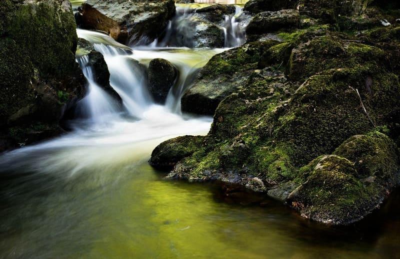 長時間露出で撮影された段差のある川の写真