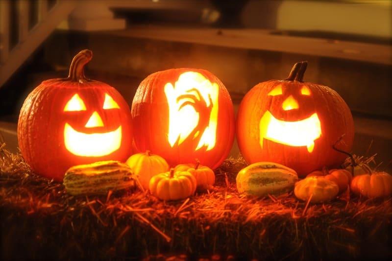 ハロウィンで使うお化けの形をしたかぼちゃを露出補正を上げて撮った写真