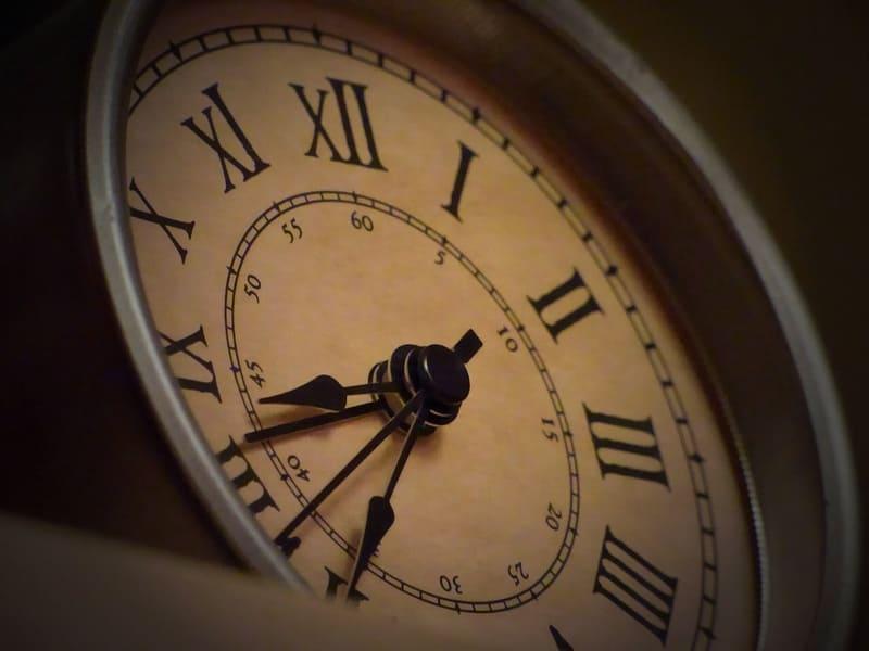 古ぼけた昔懐かしい時計の写真