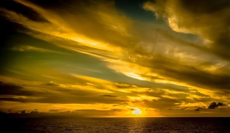 金色に輝くゴールデンアワーのイメージ写真