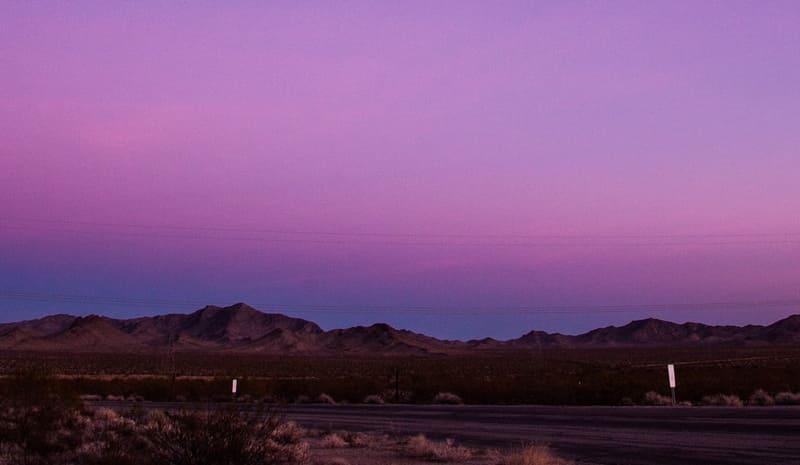 ピンク色に輝くヴィーナスベルトち地球影の写真